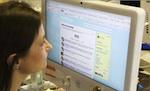 vrouw kijkt op Twitter